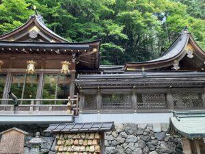 写真右側が本殿の屋根