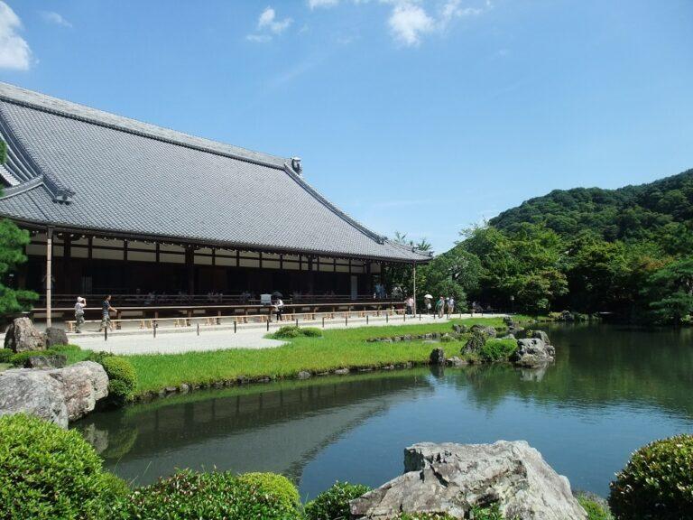 天龍寺の庭園とお堂