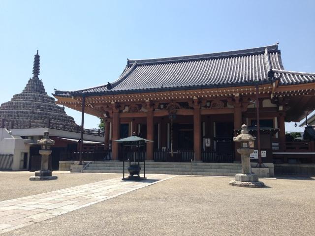 壬生寺の本堂(右)と千体仏塔(左)