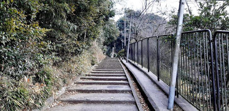 日向大神宮前の緩やかな階段