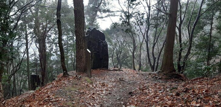 正面の大岩と案内板