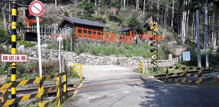 叡山電鉄の踏切を